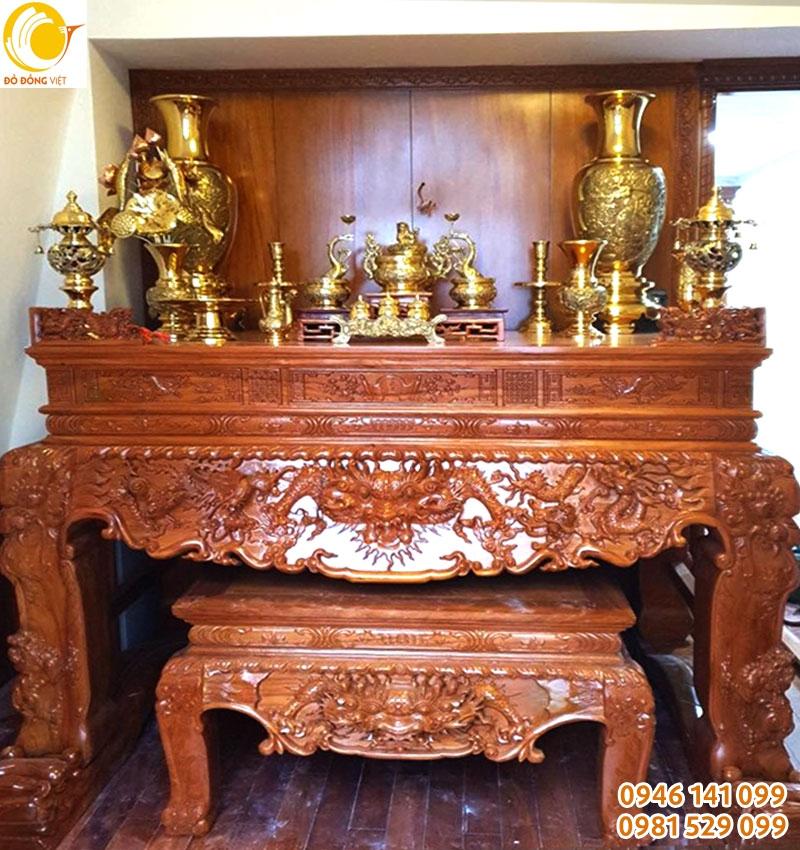 bộ đồ thờ đồng đã được bày đúng cách để tiết kiệm diện tích bàn thờ và hợp phong thủy