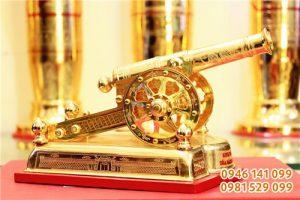 Súng thần công mạ vàng, quà để bàn pháo khắc tinh xảo