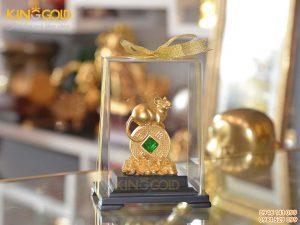 Tượng chuột phong thủy nằm trên đồng tiền vàng 24k