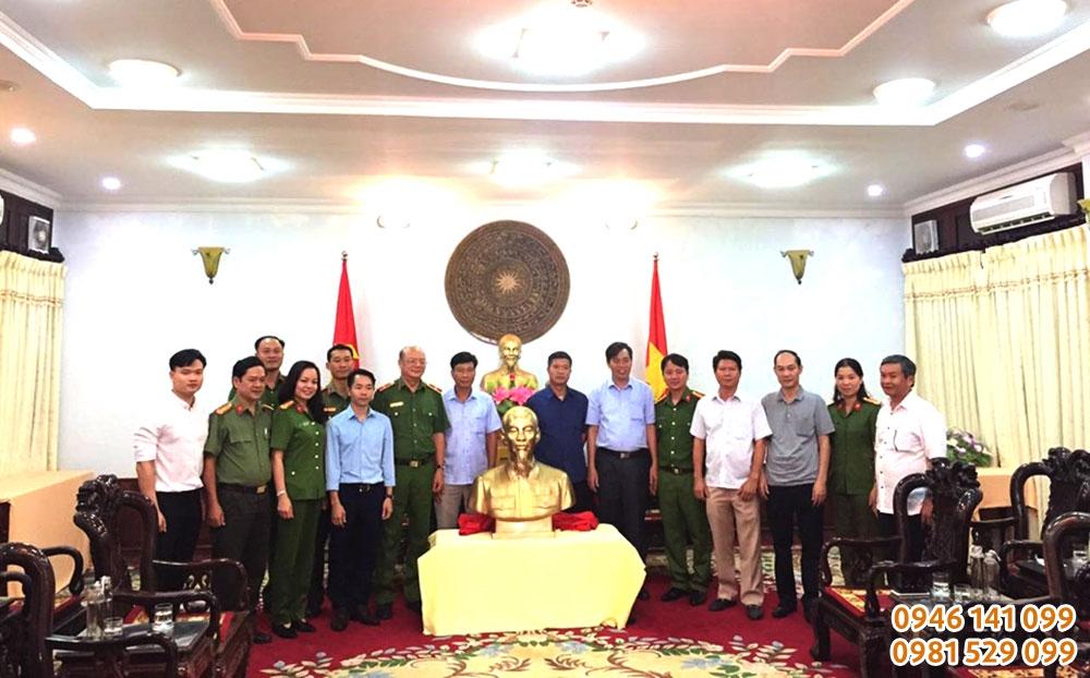 Đồ Đồng Việt tặng tượng đồng Bác hồ cho Tỉnh ủy Quảng trị
