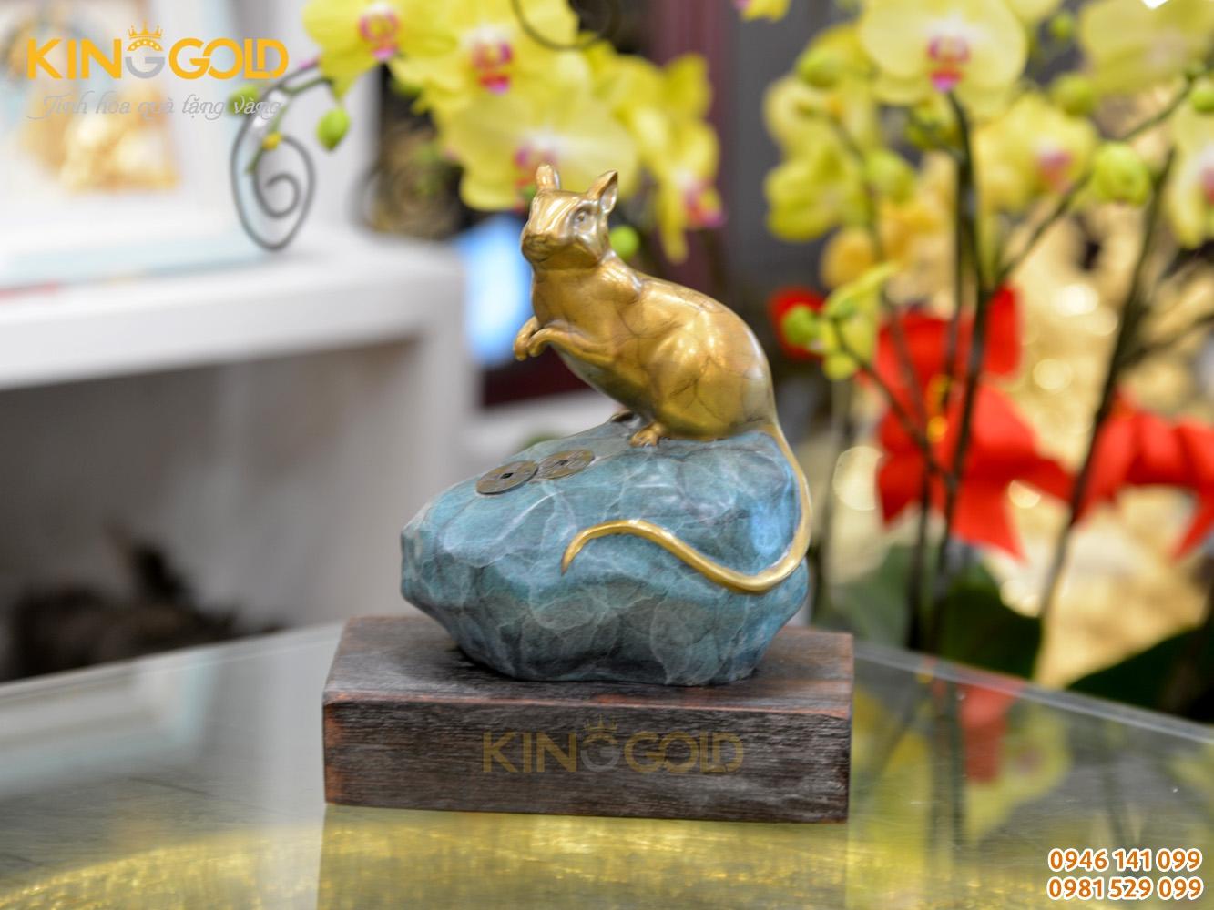 Tượng chuột bằng đồng ngồi trên mỏm đá xanh