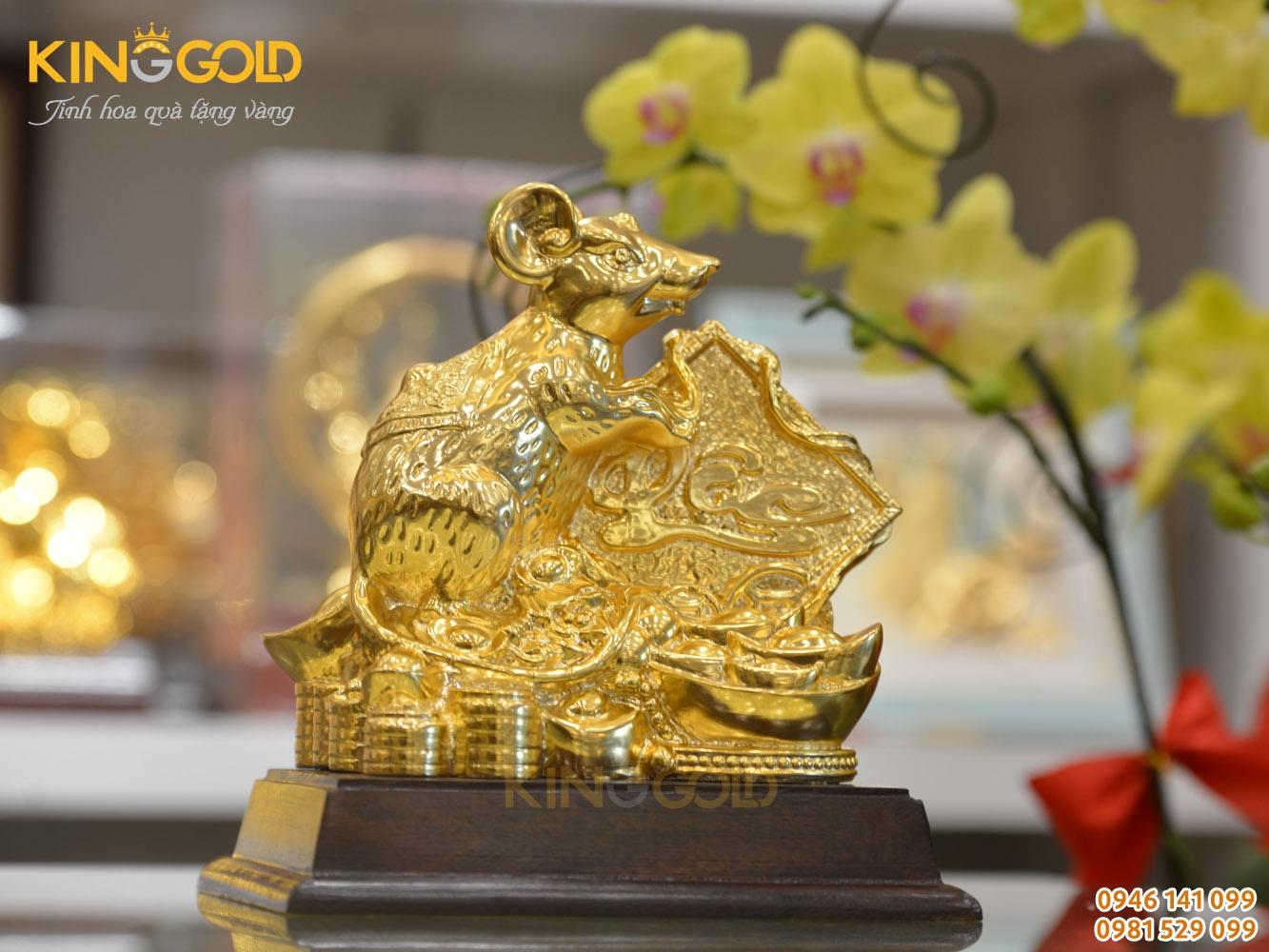 Tượng chuột mạ vàng ngồi trên tiền vàng ôm chữ Lộc