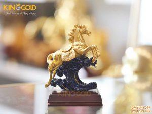 Tượng ngựa mạ vàng phi nước đại, quà tặng phong thủy độc đáo