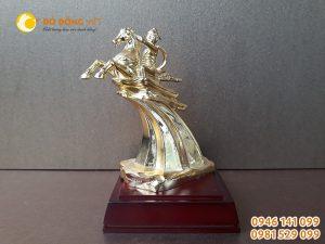 Tượng thánh Gióng bằng đồng mạ vàng